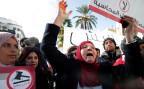 Angehörige eines Tunesiers, der während der Revolution vor sieben Jahren getötet wurde, demonstrieren in Tunis.