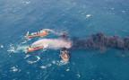 Chinesische Rettungsschiffe versuchen das Feuer auf dem brennenden iranischen Öltanker zu löschen.