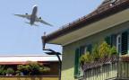 Ein Grossflugzeug über den Dächern von Opfikon-Glattbrugg.