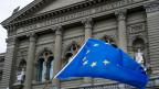 EU-Fahne vor dem Bundeshaus.