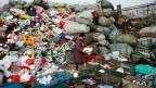 Eine chinesische Arbeiterin sortiert Plastikmüll. Die Importe von Plastik nach China wurden 2017 gestoppt.