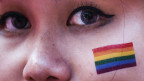 Eine Frau mit der LGBT-Flagge am «Pink Dot»-Marsch in Singapur
