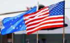 Die Fahnen der USA und der EU (Symbolbild).