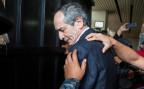 Der frühere Präsident von Guatemala, Alvaro Colom, wird von Polizisten abgeführt.