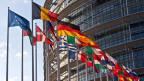 Fahnen vor dem Hauptgebäude der EU in Brüssel.