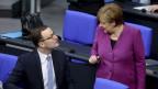 Jens Spahn und Angela Merkel im deutschen Bundestag.