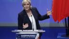Marine Le Pen am Rednerpult am Parteitag des Front National
