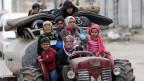 Die Menschen fliehen aus einem Dorf in der Nähe von Afrin, Syrien.