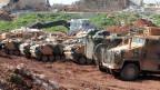 Türkische Panzer stehen nebeneinander im Grenzgebiet
