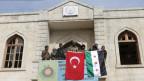 Mitglieder der türkischen Armee und der Freien syrischen Armee hissen ihre Flaggen in Afrin, Syrien.