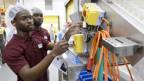 Nigerianische Arbeiter in einer Fabrik.
