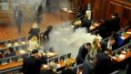 Kosovarische Oppositionspolitiker setzen Tränengas im Parlament frei, um eine Sitzung in Pristina, Kosovo, zu blockieren.