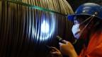 Ein Arbeiter in einem Stahlwerk in Dalian, China.