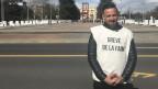 Der deutsch-türkische Fussballprofi Deniz Naki vor dem Uno-Gebäude in Genf