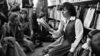 Schriftstellerin Eveline Hasler liest Schülern vor (1980).