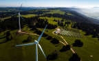 Windturbinen und eine Solaranlage auf dem Mont Soleil bei Saint-Imier.