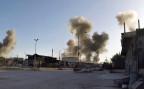 Rauchsäulen nach einem Luftangriff über der syrischen Stadt Douma.