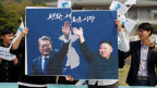 Studenten mit Plakaten von Südkoreas Präsident Moon Jae-in und Nordkoreas Führer Kim Jong Un am 26. April 2018 in Seoul, Südkorea.
