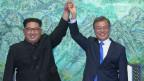 Der nordkoreanische Führer Kim Jong Un (links) und der südkoreanischen Präsident Moon Jae-in nach der Unterzeichnung einer gemeinsamen Erklärung im Grenzdorf Panmunjom in der demilitarisierten Zone am 27. April 2018.