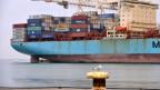 Ein Containerschiff am Hafen von Koper, Slowenien.