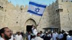 Israelis feiern vor dem Damaskus-Tor in der Jerusalemer Altstadt.