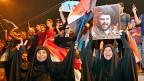Anhängerinnen des schiitischen Predigers Moktada al-Sadr feiern dessen Wahlsieg.