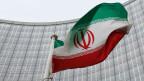 Eine iranische Flagge flattert vor dem Sitz der Internationalen Atomenergiebehörde (IAEA) in Wien.