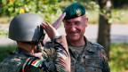Ein kurdischer Peshmerga-Offizier grüsst den Nato-General Gert-Johannes Hagemann (rechts).