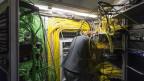Ein Elektriker im Stadttheater Bern verlegt Kabel.