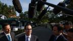 US-Finanzminister Steve Mnuchin erklärt Reportern vor dem Weissen Haus  die Übereinkunft mit China.