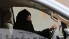 Aziza al-Yousef fährt im Rahmen einer Kampagne gegen Saudi-Arabiens Frauenfahrverbot auf einer Autobahn in Riad, Saudi-Arabien.
