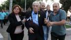 Der 75jährige Bürgermeister von Thessaloniki, Yiannis Boutaris (Mitte), wird gestützt, nachdem er von einer Gruppe von Nationalisten angegriffen wurde.
