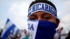 Ein maskierter Demonstrant gegen die Regierung Nicaraguas von Präsident Daniel Ortega in Managua.