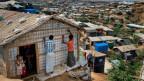 Rohingyas im Flüchtlingslager Kutupalong versuchen, ihre Häuser monsunfest zu machen.