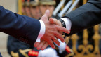Händeschütteln zwischen Vladimir Putin und Emmanuel Macron (li) 2017 in Paris.