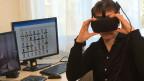 Psychiater Wim Veling mit einer der Virtual-Reality-Brillen. Bild: Elsbeth Gugger.