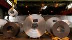 Metallspulen im ArcelorMittal Stahlwerk in Gent, Belgien.
