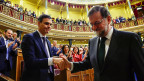 Spaniens neuer Premier Pedro Sanchez (links) schüttelt dem gestürzten Premier Mariano Rajoy die Hand.
