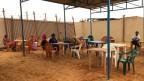 Flüchtlinge warten auf ihre Befragung im Flüchtlingscamp.