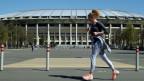 Eine Frau joggt vor dem Luzhniki Stadium in Moskau.