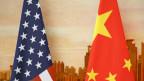 US-Fahne und die chinesische Fahne.