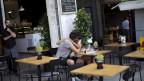 Strassencafé in Athen. Symbolbild.