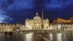 Petersdom im Vatikan bei Nacht.