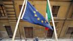 Die Flaggen der EU und Italiens.