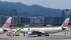 Zu sehen sind Flugzeuge der taiwanesischen Airline «China Airlines» auf dem Flughafen von Taipeh.