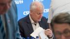 Horst Seehofer lässt seinen Masterplan in der CSU verteilen.