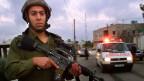 Ein Soldat in Tel Aviv.