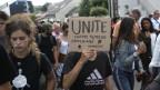 Protestierende wollen am Trauermarsch in Nantes ein Zeichen setzen gegen Polizeigewalt.