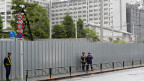 Polizeibeamte stehen Wache vor dem Haftzentrum von Tokio, wo der ehemalige Anführer der Aum-Sekte inhaftiert war.
