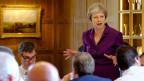 Die britische Premierministerin Theresa May schwört ihr Kabinett ein.